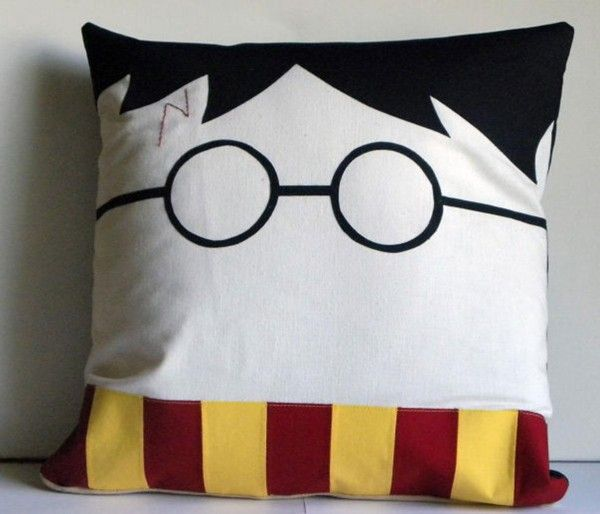 a qui appartient ce coussin harry potter. Black Bedroom Furniture Sets. Home Design Ideas
