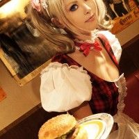 Une maid servant un hamburger
