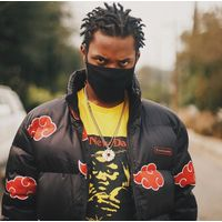 denzel curry avec une doudoune Akatsuki Naruto de Hypland fashion mode anime animation manga rap